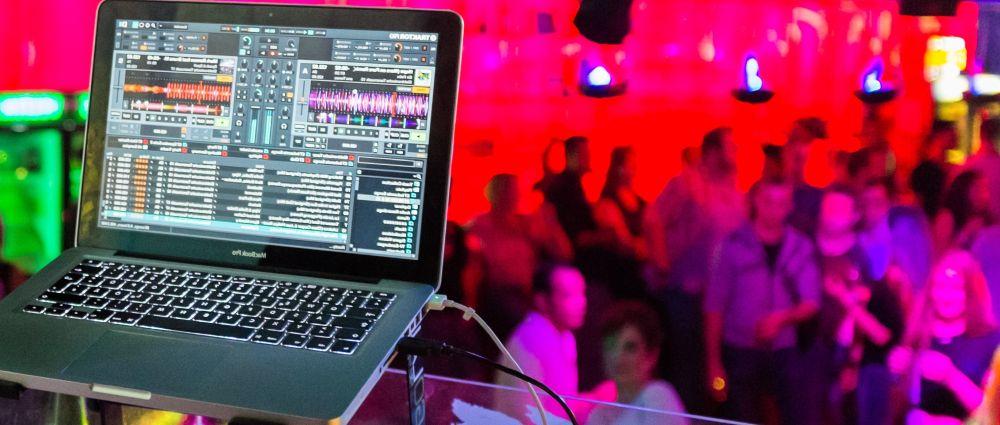tanzen-musik-disco-songs-dj-mischpult-tanzfläche
