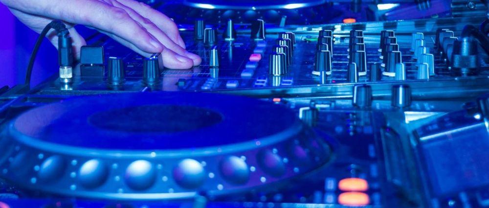 tanzen-musik-dj-mischpult-songs-mixer