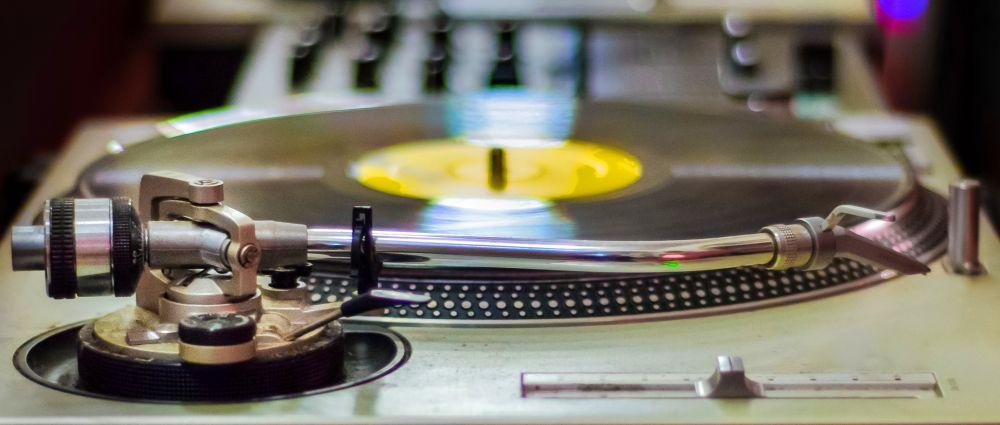 tanzen-musik-plattenspieler-lieder